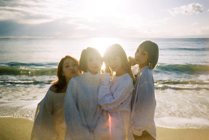 SCANDAL Masterpiece/Mabataki single promotional picture